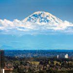 El monte Rainier, cerca de Seattle, parece flotar en las nubes.